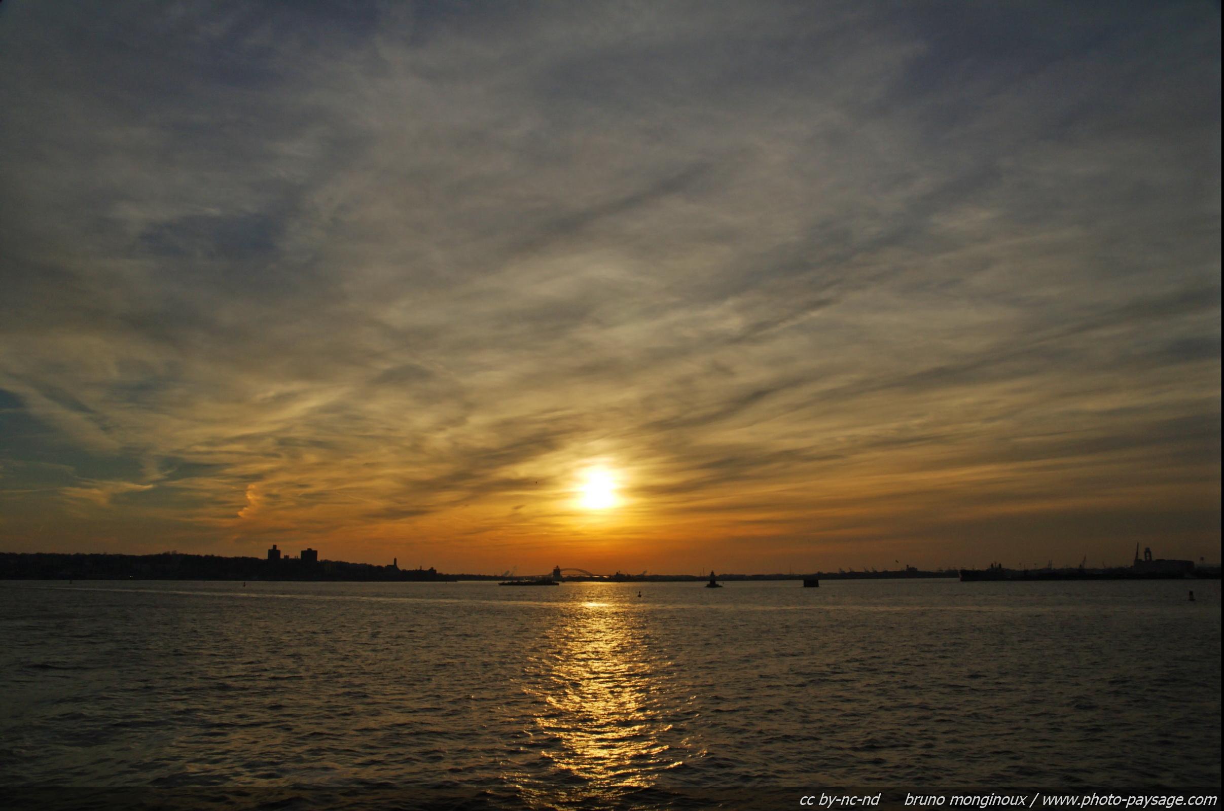 Bateaux Coucher De Soleil Au Dessus De La Baie De New York