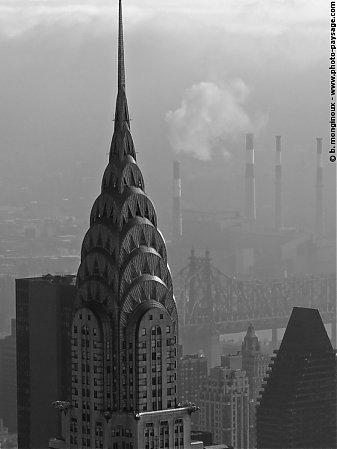 le sommet du chrysler building dans la brume cette tour haute de 319. Cars Review. Best American Auto & Cars Review