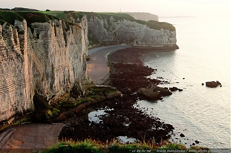 Lueurs du couchant sur les falaises de Haute Normandie Les beautés du littoral normand. En arrière plan : la pointe de la Courtine, photo prise depuis la falaise de la Manneporte.