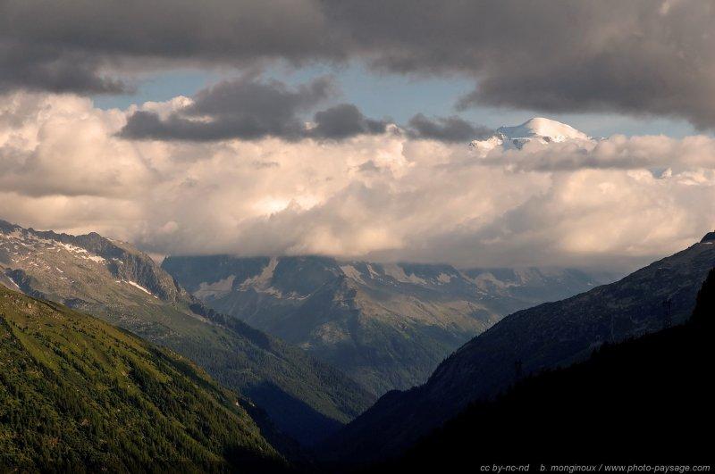 vue sur le sommet du mont blanc depuis la suisse photo prise depuis le barrage d 39 emosson. Black Bedroom Furniture Sets. Home Design Ideas