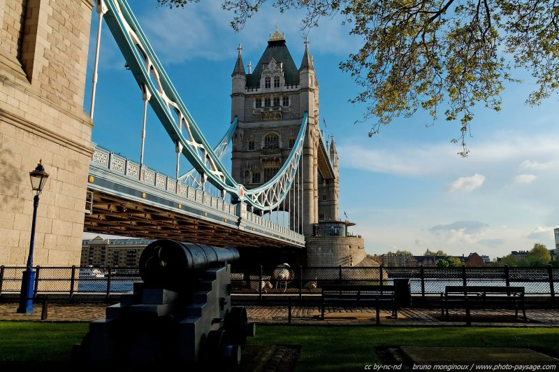 Un canon au pied du Tower Bridge - Londres, Royaume Uni