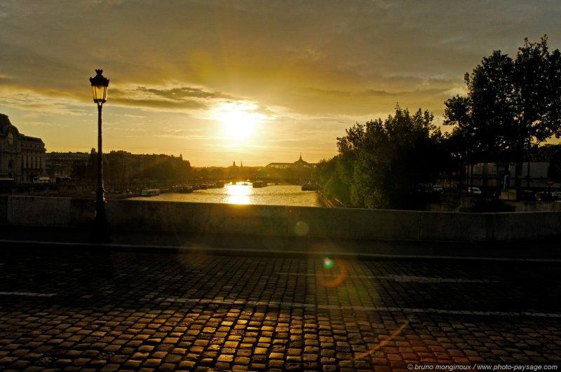 Coucher de soleil sur les paves parisiens paris france - Coucher de soleil sur paris ...
