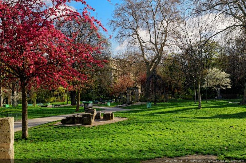 Arbres en fleurs et couleurs printani re dans le parc for Jardins et espaces verts
