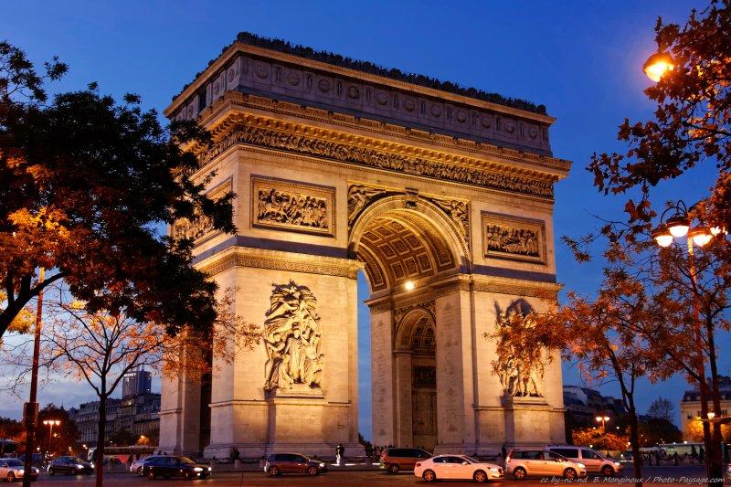 L'Arc de Triomphe photographié en début de nuit cet automne. Paris, France
