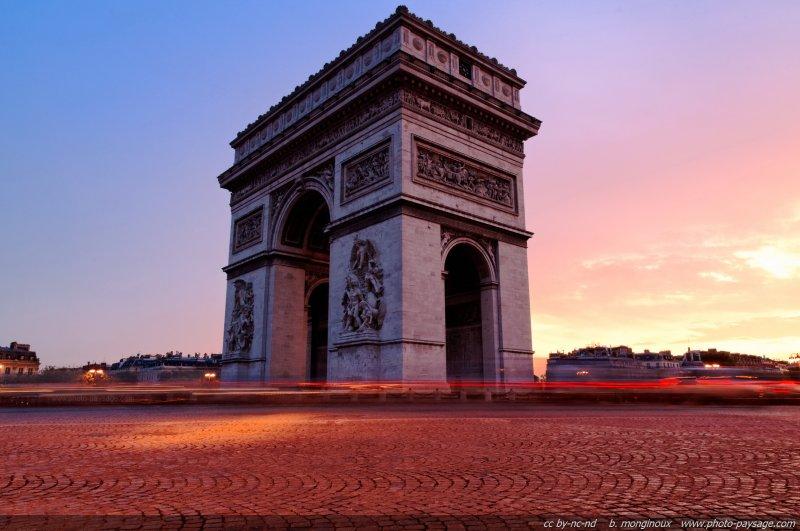 La place de l'Etoile et l'Arc de Triomphe sous les lueurs de l'aube