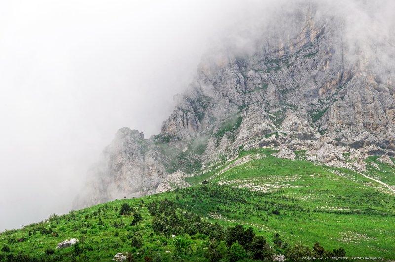 Nuages et brume au pied de la Grande Moucherolle, un autre grand sommet du massif du Vercors (2 284 m). Photographié depuis le versant est.