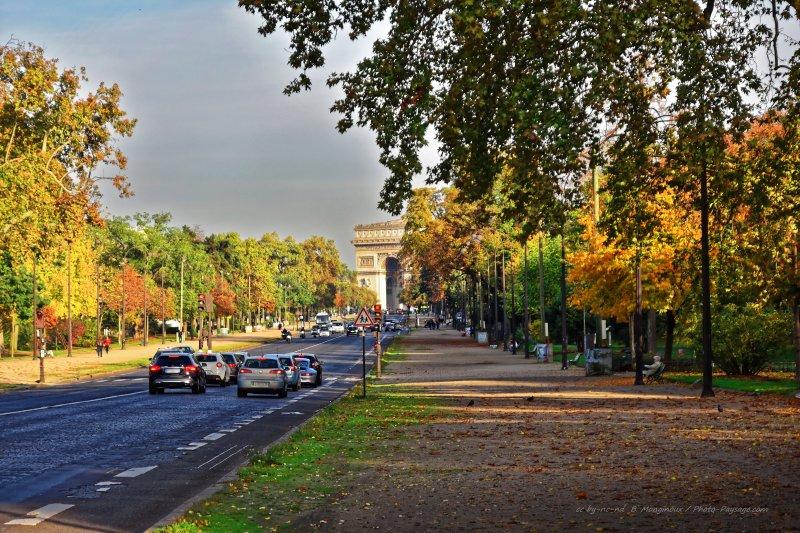 L'Arc de Triomphe photographié depuis l'avenue Foch en automne.