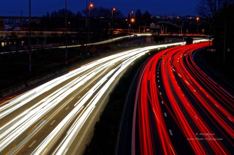 30 secondes de pause transforment cette autoroute urbaine habituellement morne et grise en une magnifique rivière de lumière.