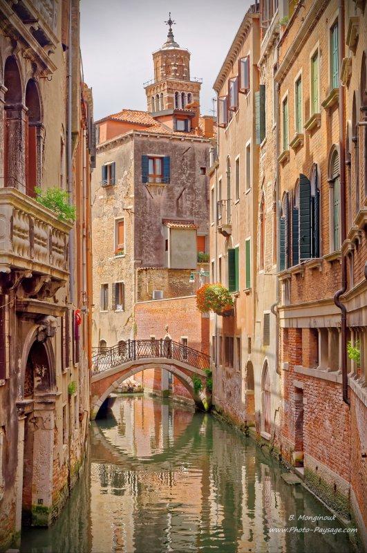 Un des nombreux petits ponts qui traversent les canaux vénitiens.Venise, Italie