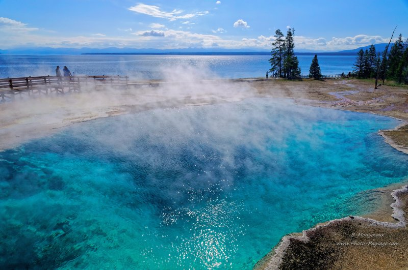 Black pool,  West Thumb geyser basin  - En arrière plan : le lac de Yellowstone