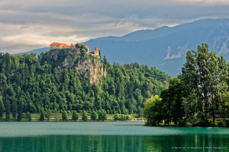 Le château de Bled vu depuis le lac