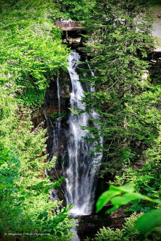 En remontant le cours de la Dranse de Montriond, le petit ruisseau qui coule dans cette vallée, vous tomberez sur la cascade d'Ardent, qui se trouve à mi-chemin entre le lac et les Lindarets.