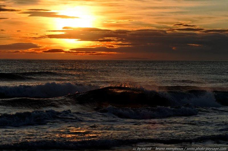Coucher de soleil sur les vagues de la mer m diterran e - Les plus beaux coucher de soleil sur la mer ...