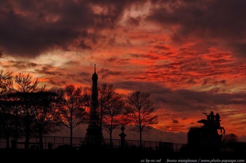 La Tour Eiffel Sur Fond De Cr 233 Puscule Rougeoyant Photo