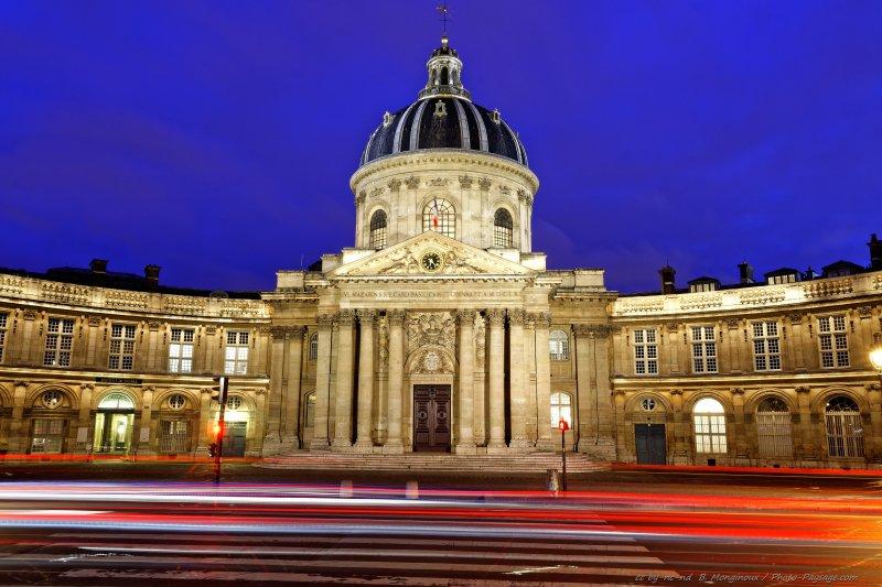 Des trainées de lumières laissées par les phares des voitures au pied de l'Institut de France.Photo prise depuis le Pont des Arts à Paris