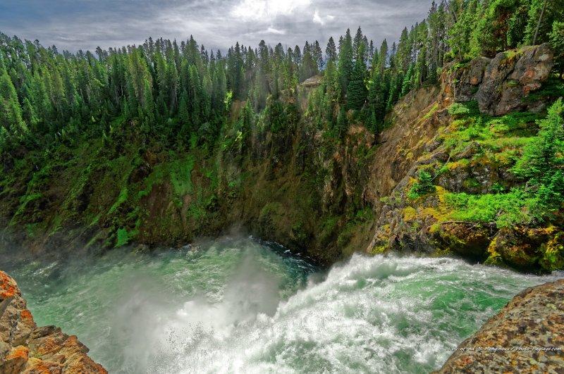 Au bord des chutes de Upper Falls sur la rivière Yellowstone.