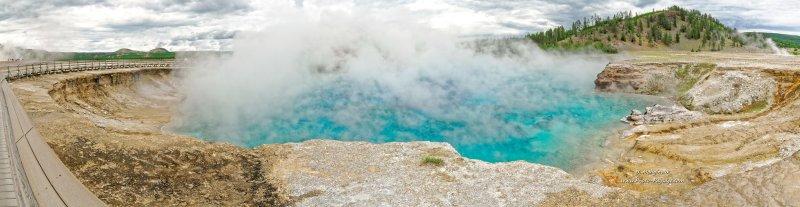 Un lac d'eau bleu turquoise bouillonnante et fumante dans le cratère du geyser Excelsior. Midway Geyser Basin, parc national de Yellowstone, Wyoming, USA