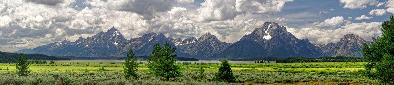 Vue panoramique des prairies et pics montagneux du parc national de Grand Teton (Wyoming, USA)