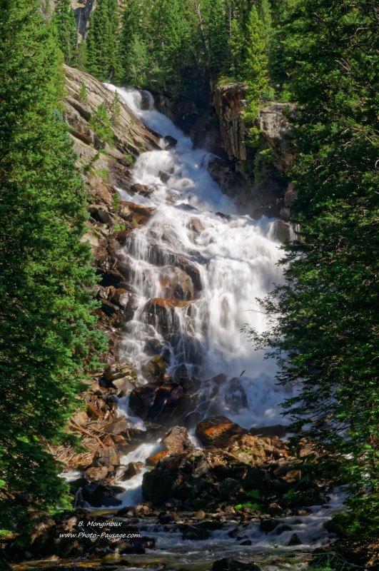 Les chutes de Hidden falls, situées à proximité du Jenny Lake, au pied de la chaîne montagneuse de Grand Teton. Parc national de Grand Teton, Wyoming, USA