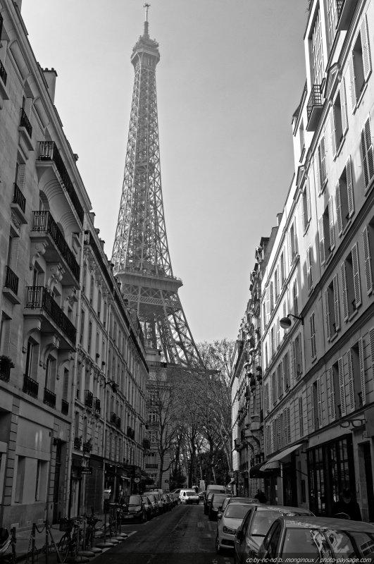 La Tour Eiffel vue depuis le quartier environnant (ici rue de Monttessuy)