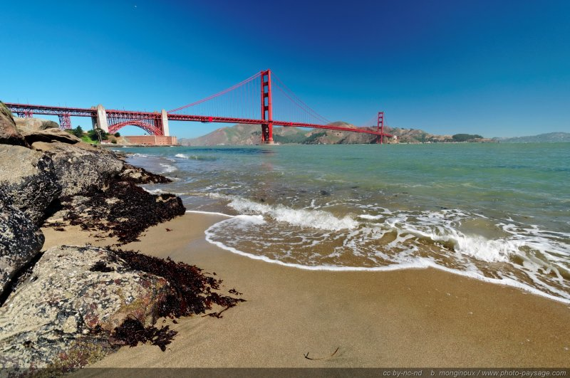 La plage au pied du Golden Gate bridge
