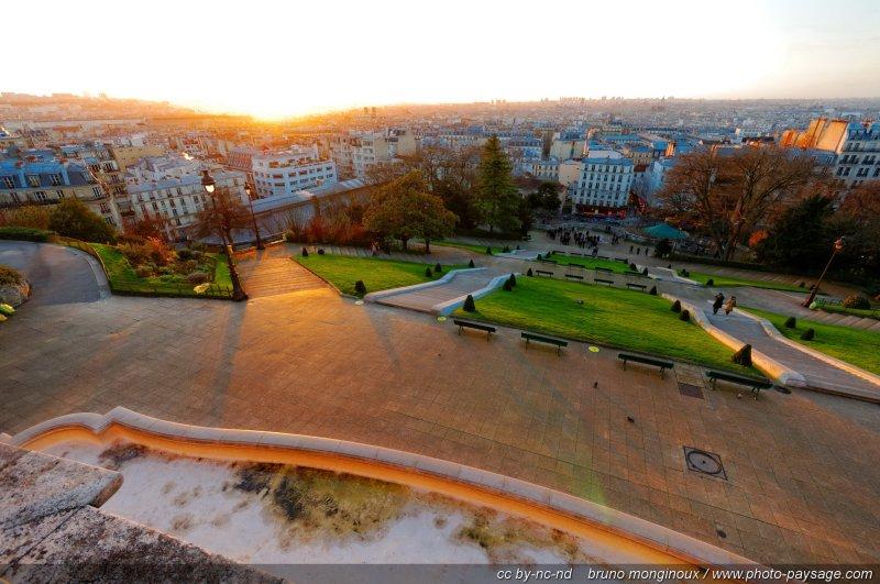 Le square Louise Michel (Montmartre) peu après le lever du soleil