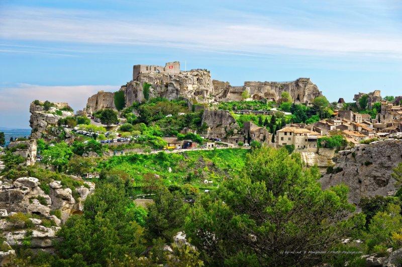 Le village des Baux-de-Provence, perché sur son éperon rocheux sur les contreforts des Alpilles.