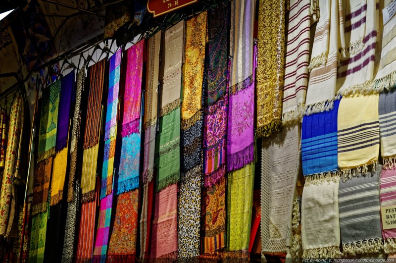 tissus aux couleurs orientales le grand bazar istanbul turquie. Black Bedroom Furniture Sets. Home Design Ideas