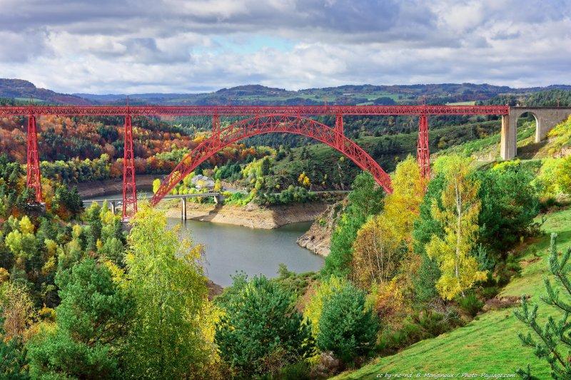 Le viaduc ferroviaire de Garabit, au-dessus de la vallée de la Truyère, photographié en automne. Ce viaduc, qui est classé monument historique depuis 1965, a été conçu par l'ingénieur lozérien Léon Boyer, et construit entre 1880 et 1884 par la société de Gustave Eiffel. Ruynes-en-Margeride, Cantal