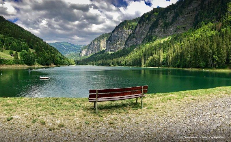 Le lac de Montriond en Haute-Savoie photographié en été. Pour télécharger le fond d'écran de cette photo panoramique hd, cliquez sur l'image, puis sur le lien [Téléchargez ici le fond d'écran hd]