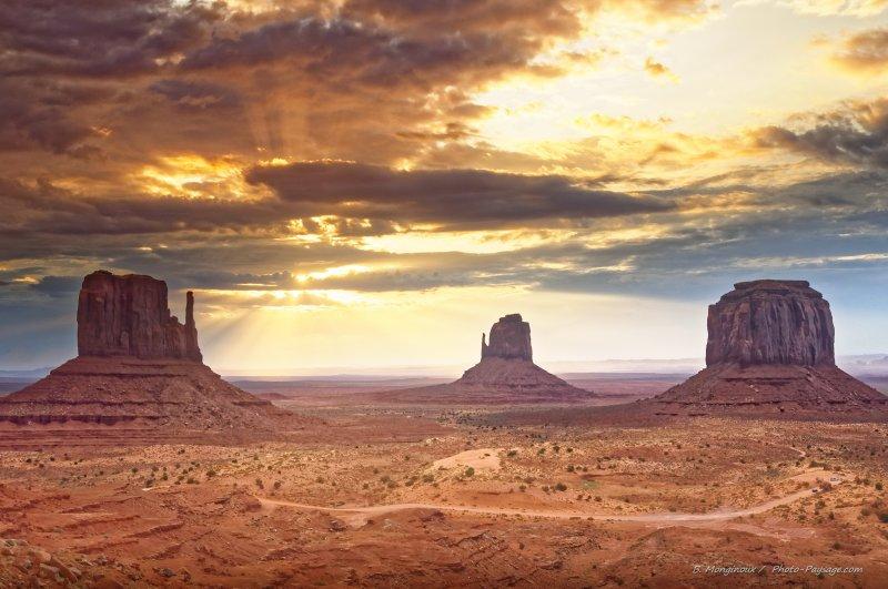 3 - Monument Valley, dans le Navajo Tribal Park, à cheval sur les États de l'Utah et de l'Arizona, vous retrouverez les paysages mythiques des grands westerns hollywoodiens de votre enfance.
