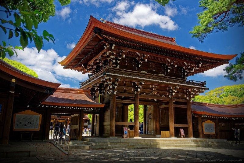 Entrée de la cour extérieure du sanctuaire Meiji Jingū. Cliquez sur cette photographie pour accéder à l'ensemble des photo et fonds d'écran de Tokyo