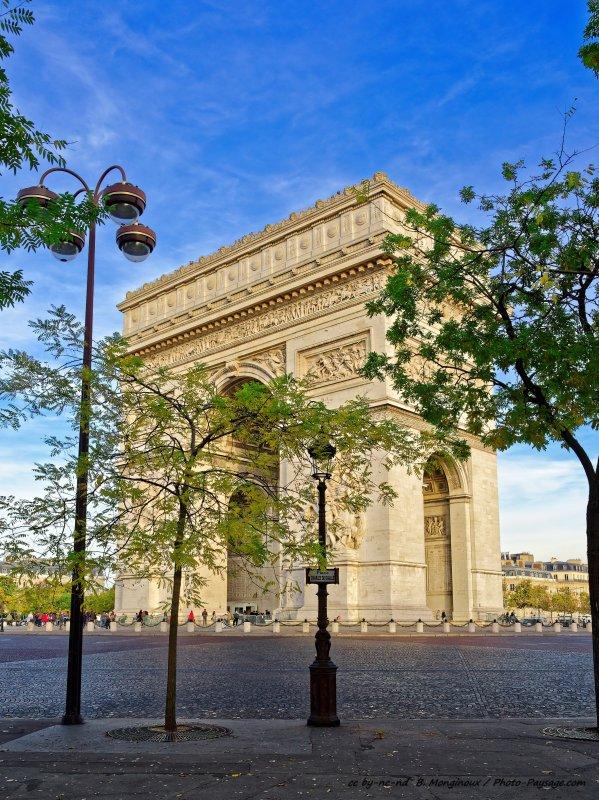 La place Charles de Gaulle (ou place de l'Etoile) et l'Arc de triomphe. Paris, France