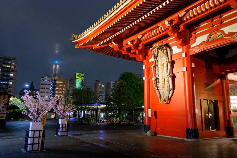 La porte Hozomon du temple Sensô-ji, contraste avec les buildings modernes, surplombés par les 634m de la Tokyo Skytree tower, que l'on distinque en arrière plan dans la brume. Le temple boudhiste Sensô-ji, dans le quartier Asakusa à Tokyo, est un des monuments les plus visités du Japon et le plus ancien temple de Tokyo,