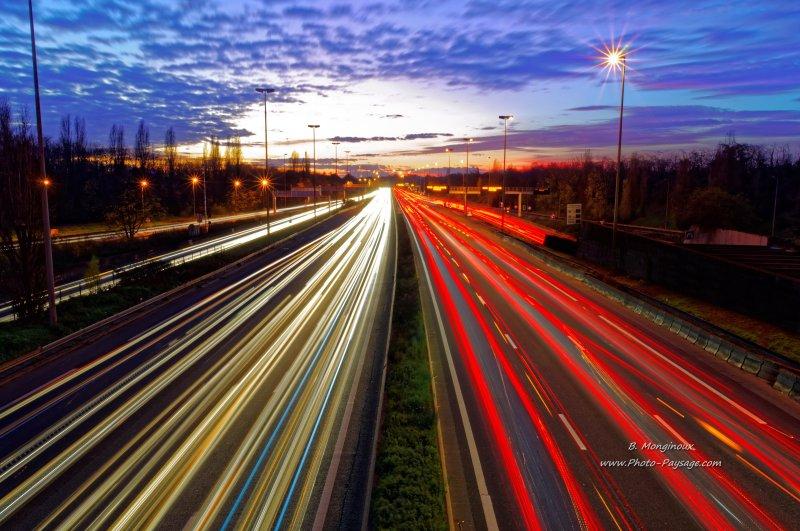 Une pose de 15 secondes a été nécessaire pour réaliser cette trainée lumineuse à partir des phares des voitures circulant au crépuscule sur l'autoroute A4.