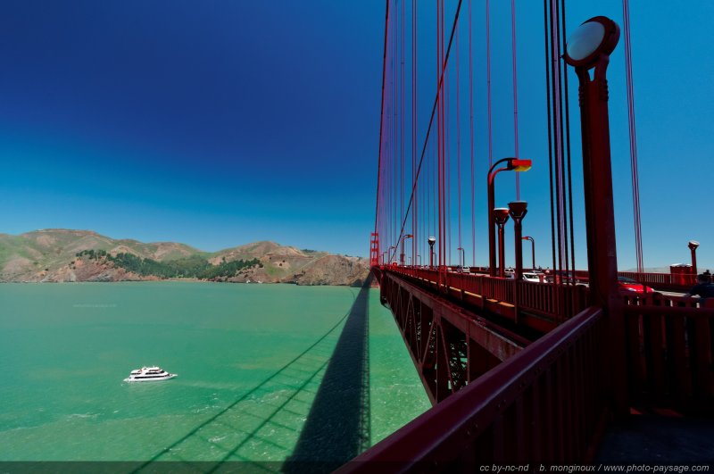Un bateau passant sous le Golden Gate Bridge (San Francisco, Californie, USA)