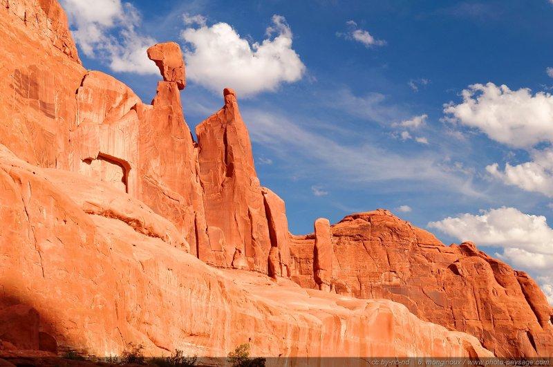 un rocher en  u00e9quilibre sur un piton rocheux au dessus de park avenue - 1