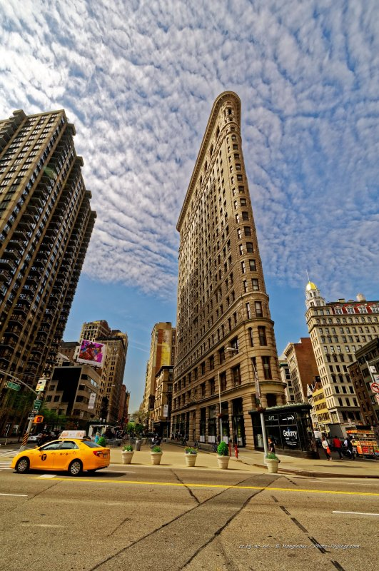 Un taxi new yorkais passe au pied du Flatiron building - Midtown Manhattan (centre de Manhattan)