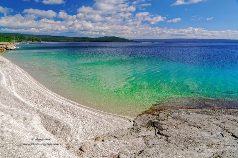 Une belle plage de sable blanc