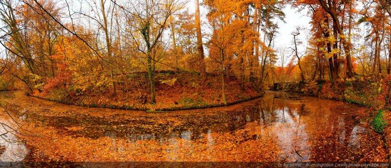 Vue panoramique du lac des Minimes en Automne - Bois de Vincennes, Paris, France
