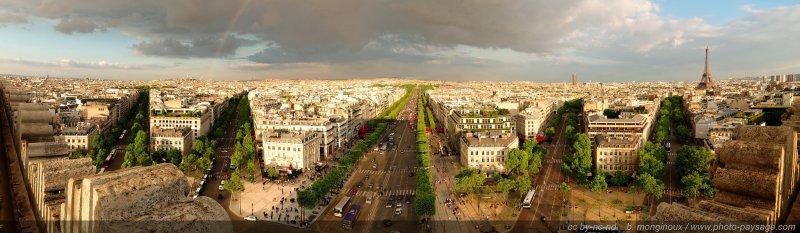 Assemblage panoramique des champs Elysées :  Avenue Hoche, avenue Friedland (avec un arc-en-ciel qui part de l'avenue), avenue des Champs Elysées, avenue Marceau, et la Tour Eiffel dans la prolongation de l'avenue d'Iéna.