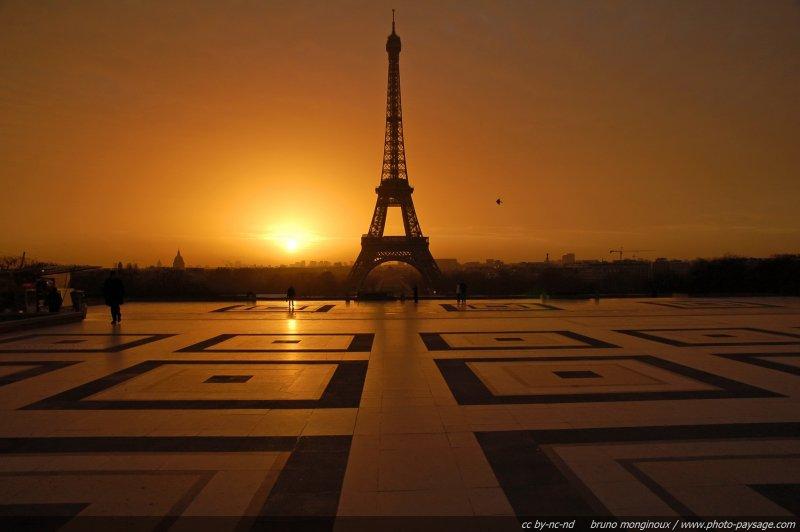 Le soleil se l ve sur la tour eiffel et le parvis du trocad ro paris france - Lever et coucher du soleil paris ...
