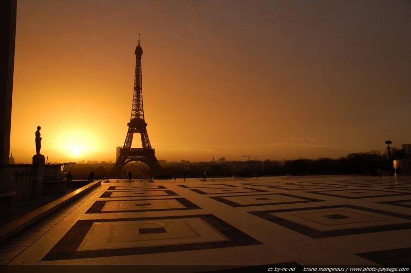 Lever de soleil sur la tour eiffel et le parvis du trocad ro le soleil se l ve sur paris et sa - Lever et coucher du soleil paris ...