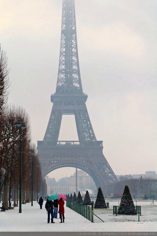 Un hiver paris deux touristes aux parapluies color s for Paris paysage