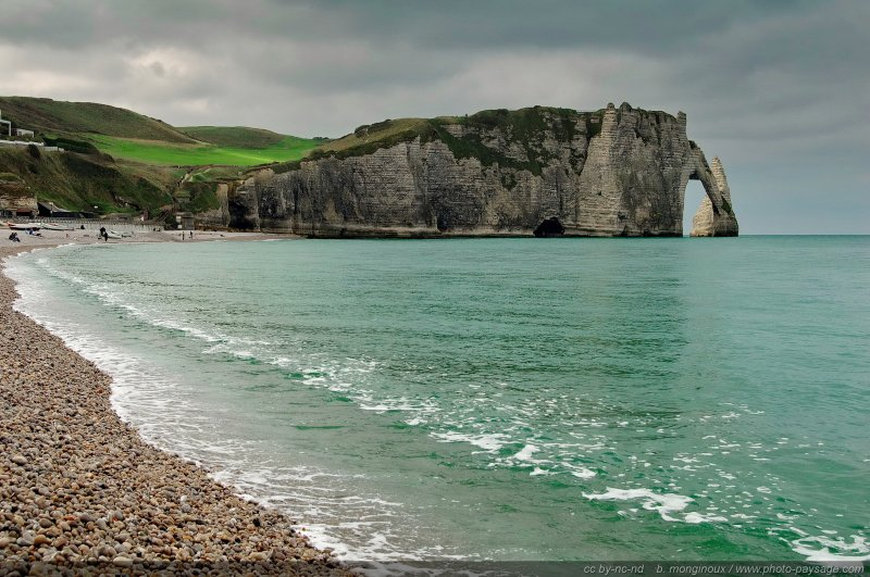Sur la plage d'Etretat - Au fond à droite : la falaise, l'arche et l'aiguille d'Aval. Étretat, Haute Normandie