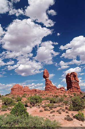 Arches2C-le-rocher-suspendu-de-Balanced-Rock.jpg