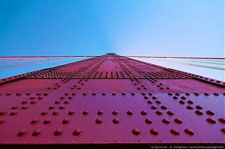 Au-pied-d_un-pillier-du-Golden-Gate.jpg