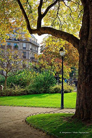 Automne_square_tour_st_jacques_Paris.jpg