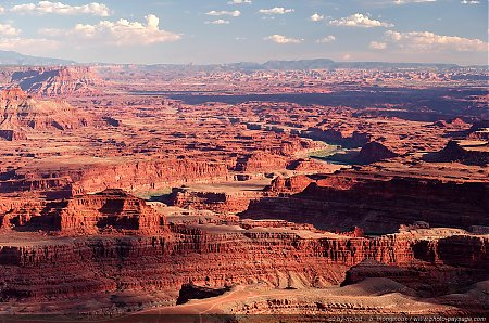 Dead-Horse-Point-les-meandres-du-Colorado-s-etendent-a-perte-de-vue.jpg