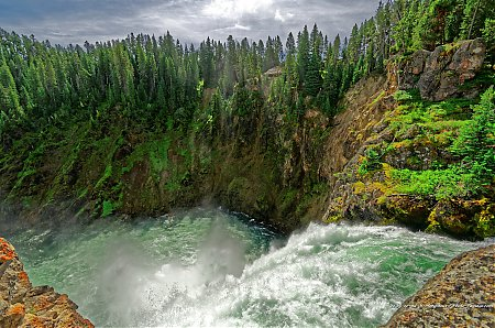 Au bord des chutes de Upper Falls sur la rivière Yellowstone